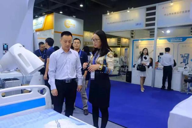 深圳市任达养老集团总经理王玉峰(左)前来C-Life智慧养老展位参观